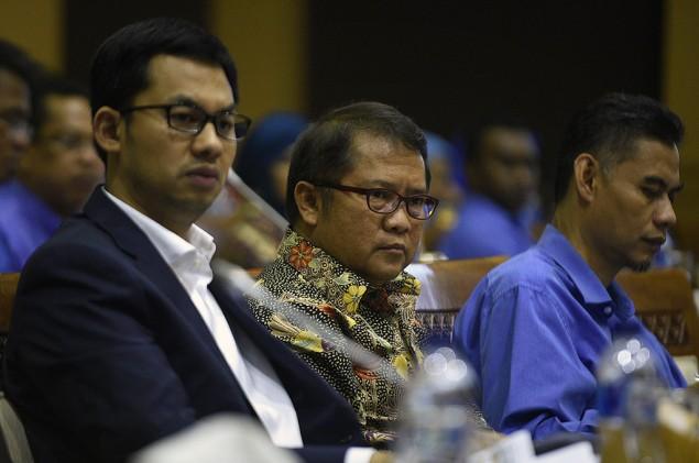Menteri Telekomunikasi dan Informatika (Menkominfo), Rudiantara bersama Ketua Komisi Penyiaran Indonesia (KPI) Yuliandre Darwis. (Antara/Puspa Perwitasari)